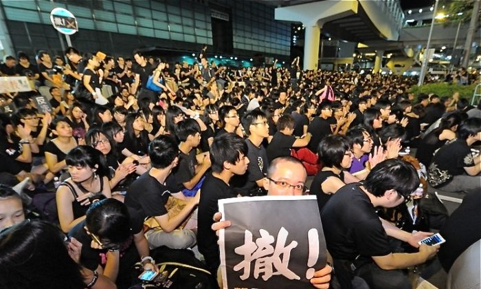 After mass demonstrations in Hong Kong demanded that Leung Chun-ying cancel what have been termed communist propaganda classes from Beijing, Leung backed off on Saturday saying that the initial plan was dropped. (Song Xianglong/The Epoch Times)