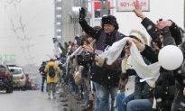 Anti-Putin Human Chain Forms in Moscow