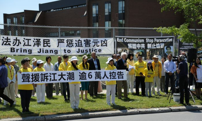 Former MP Hon. David Kilgour speaks while Ontario MPP Jack MacLaren stands behind him, surrounded by Falun Gong practitioners at a rally on July 15, 2015, in front of the Chinese embassy in Ottawa marking 16 years since the launch of the persecution against the traditional spiritual practice in China. (Jonathan Ren/Epoch Times)