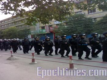 Chinese riot police hurry to the riot scene. (Photo provided by mainland China Internet surfer)