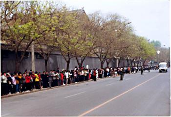 Over 10,000 Falun Gong practitioner peacefully appeal in Beijing on Apr 25, 1999 (Photo courtesy of Clearwisdom.net)