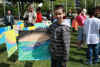 CANAL ART: Nine-year-old Nick from Vincent Massey School in Ottawa at the students' artwork display at the launch of the Rideau Canal Festival 2009 (Dong Hui/The Epoch Times)