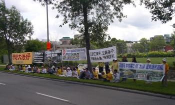 Falun Gong practitioners and supporters gathered in front of the Chinese embassy on July 20, 2009, to call for an end to the persecution of the spiritual practice which has lasted for ten years. (Cindy Chan/The Epoch Times)