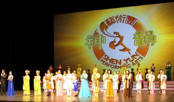 Curtain call at the final show of Shen Yun in Ottawa at the National Arts Centre, Jan. 11, 2010. (Qiumu/The Epoch Times)