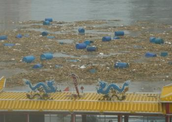 Seven thousand barrels leaking harmful chemicals are on the loose in the northeast's Songhua River. (Secret China)