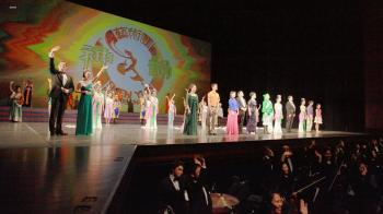 Shen Yun Performing Arts Touring Company's curtain call in Montreal, January 2011.  (Sun Dali/The Epoch Times.)