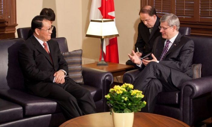 Canadian Prime Minister Stephen Harper meets with Chinese Communist Party propaganda chief Li Changchun in Ottawa on April 19. (Jill Thompson/PMO)