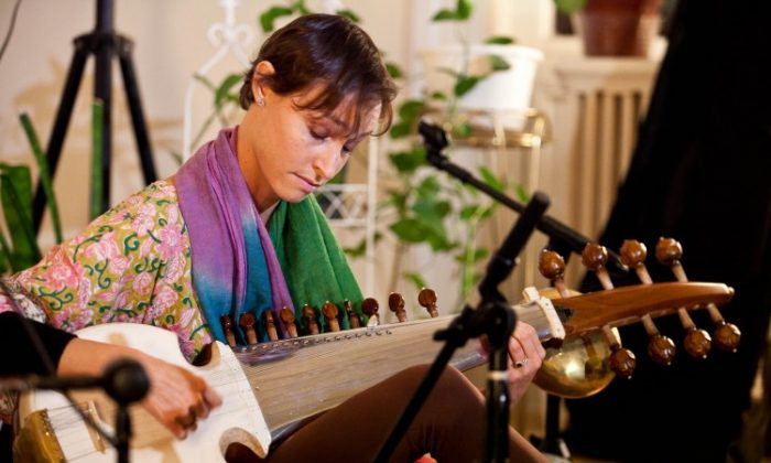 Grammy-nominated performer and recording artist Camila Celin playing the sarod, an Indian classical instrument, at Chandayan's Ragas for Truth, Compassion, and Tolerance, Sept. 28 in New York. (Amal Chen/The Epoch Times)