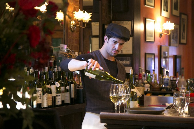 Bartender Sean Ewing pours a drink. (Samira Bouaou/Epoch Times)