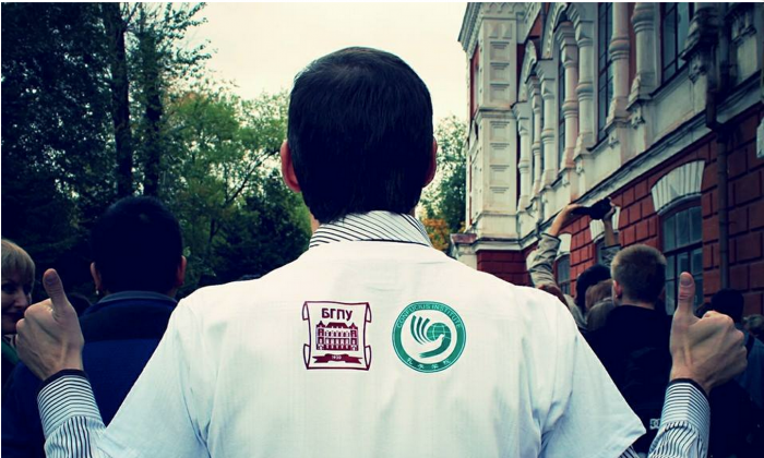 A man in a shirt with the Blagoveshchensk State Pedagogical University and Confucius Institute logos in an undated photo. (Screen shot/Sinocenter.ru)