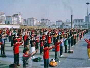 Falun Gong Practitioners in Huancui District of Weihai City Perform Exercises at a Plaza in front of Weihai City Hall in the mid 1990's. (Courtesy of Minghui.net)