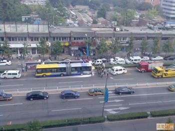 Route 10 bus left a lot of white powder after the explosion. (Photo taken from Interet.)