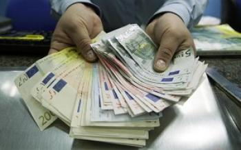 China's Foreign Reserve Drops for First Time in Five Years