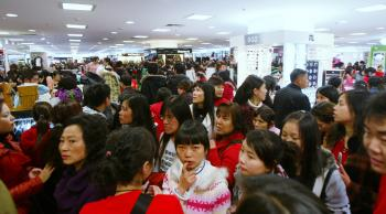 Customers shop in a crowded department store on November 29, 2008 in Chengdu of Sichcuan Province, China. (China Photos/Getty Images)