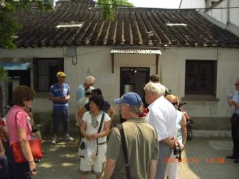 Guo Ping (middle), conducting a tourist group  in Suzhou city. (The Epoch Times)