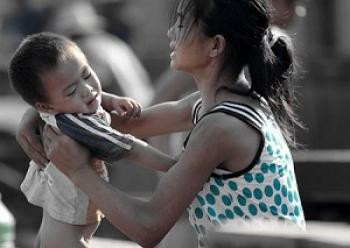 Zhang Qianqian cares for one of her younger brothers. (Chinese blogger)