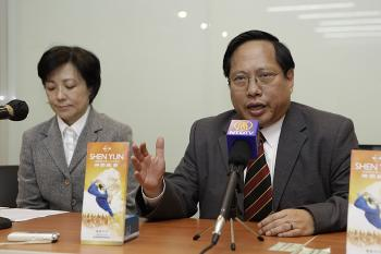 POLITICAL PRESSURE: Albert Ho Chun-yan, a legislative council member, speaks at a press conference. He regards the refusal to grant visas a result of political pressure from Beijing. (Li Ming/The Epoch Times)