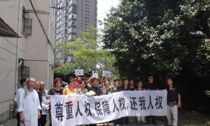 "Shanghai petitioners shout, ""Down with the communist Party."" July 1, 2012. (Provided by a source in Mainland China)"