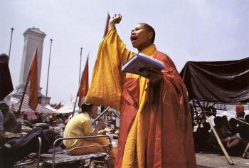 May 17th: Common ground could be found between the most traditional and most modern Chinese in the Tiananmen square. A monk is shown in the photo making a speech in support of students in the square. (64memo.com)