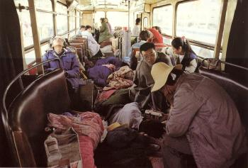 May 19th: Usually, students on hunger strike stayed inside the buses, while others had to sleep outside. (64memo.com)