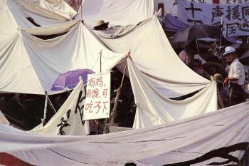 May 15th: Mom, I am hungry. But I can't eat, as read on a tent in Tiananmen Square. (64memo.com)