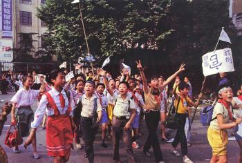 May 15th: Students go to streets,  carrying signs that read 'down with corruption'.(64memo.com)