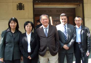 Lawyer Carlos Iglesias (second from right) and democracy activist Wei Jingsheng (center) stand with Falun Gong victims of persecution Lu Shiping and Dai Ying (left), and Li Jianhui (right), after testifying before the judge on the cases of torture and genocide, Madrid May 2, 2009. (Victor Liu/The Epoch Times)