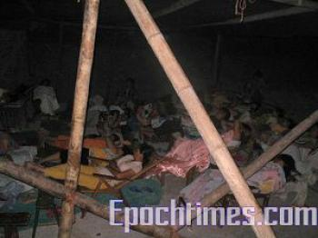 Sit-in protesting villagers stay overnight at the dock in makeshift quarters.  (The Epoch Times)