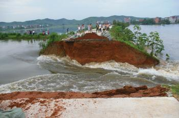 Severe floods in the lower reaches of the Yangtze River in Poyang County of China's Eastern Jiangxi Province caused a country road to collapse on July 16. (Epoch Times Archive)