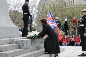 Governor General Michaelle Jean lays a floral bouquet at the foot of the National War Memorial in Ottawa at the ceremony honouring Canadian First World War veterans on April 9, 2010. (Rideau Hall)