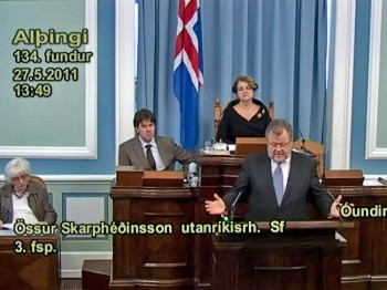 SORRY: Iceland's Foreign Minister Ossur Skarpheoinsson apologizes to Falun Gong during a session of the Althingi, Iceland's Parliament, on May 27. The country's prime minister, Johanna Siguroardottir, sits to the left. (Althingi of Iceland)