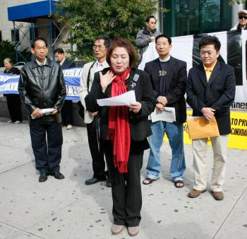 Judy Chen recounts her experience of being attacked, lending support to Zhang Derong, whose case against He Xu appeared in the Queens County Criminal Court on Oct. 13. (Matthew Robertson/The Epoch Times)