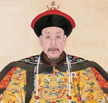 TRADITIONAL CHINESE CLOTHING: the Qianlong-Emperor at age 85 wearing ceremonial robes. (Public domain image)