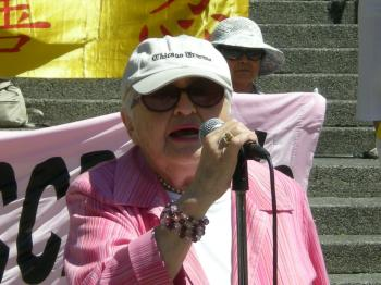 Author and journalist Simma Holt, 87, criticized journalists for their scant reporting on the persecution of Falun Gong, which she called 'the biggest story in the world.' (Joan Delaney/The Epocht Times)