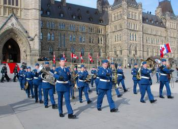 A military marching band played on Parliament Hill ahead of the speech of the throne on March 3, 2010. (NTDTV)