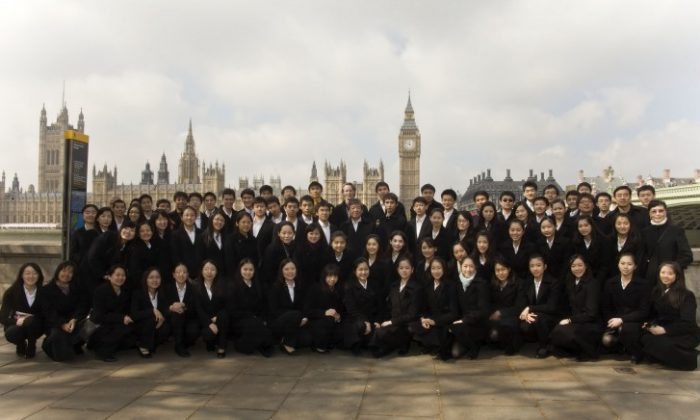 Shen Yun Performing Arts International Company pictured together in front of Big Ben in London. (Simon Gross/The Epoch Times)