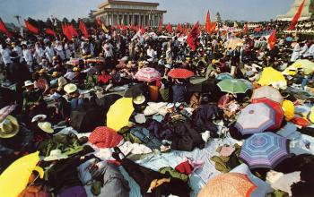 May 15th: Students on the Tiananmen Square in the morning next day after the hunger strike began. Participants of the hunger strike rose swiftly from 800 to 3,000. (64memo.com)