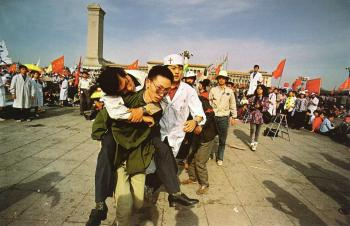 May 17th: Medics rush a student from Tiananmen Square after he collapsed on the third day of the hunger strike. (64memo.com)