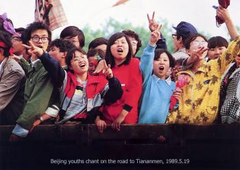 May 19th: Beijing youths chanting as they drive to Tiananmen Square Friday to lend their enthusiastic support to striking students.(64memo.com)