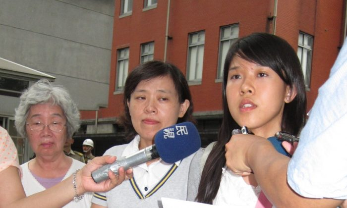 Chung's mother, wife, and daughter appeal at the Taiwanese Office of the President on June 27. (Chung Yuan/Epoch Times))