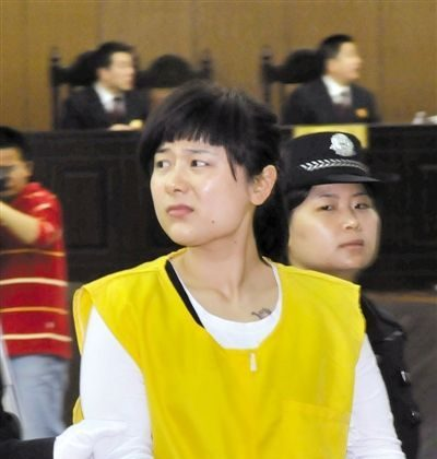 Wu Ying looked at her father after hearing that she was sentenced to death. The sentence was later repealed. (Weibo.com)
