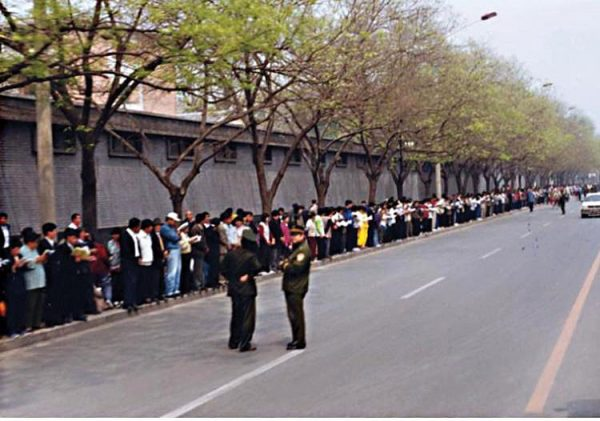 Falun Gong practitioners gathered around Zhongnanhai on April 25, 1999