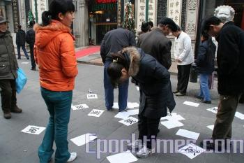 Many passersby reading the fliers. (The Epoch Times)