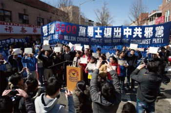 People in New York's Chinatown in Brooklyn support the parade and rally celebrating 90 million people quitting the Party on March 27. Many Chinese people quit the Party on the spot.  (Dai Bing / Epoch Times)