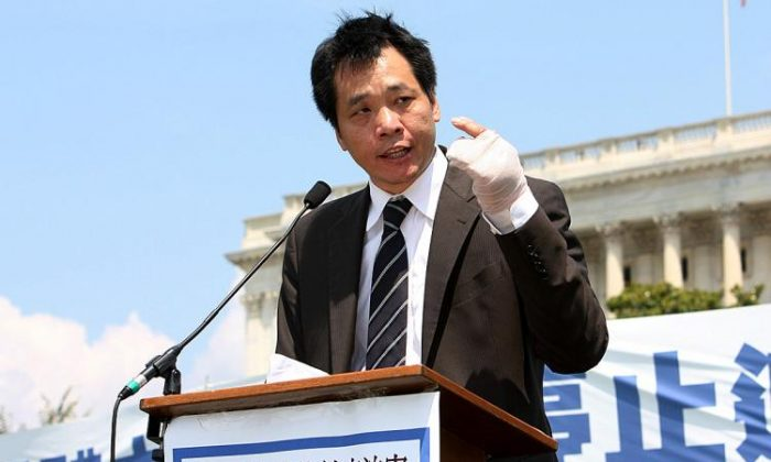 "Tang Baiqiao spoke at a rally on human rights in China in the summer of 2009; he was still wearing bandages on his hand after being attacked by unknown assailants, whom he believed to be ""thugs"" instigated by the regime to send him a message. (Lisa Fan/The Epoch Times)"