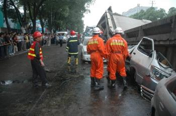 At least 24 vehicles were crushed in the collapse of an overpass in Zhuzhou City. (The Epoch Times)