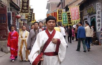 Chinese from many cities in China wearing traditional Han-Dynasty attire walking about the old imperial city of Luoyang, May 2, 2007. (The Epoch Times)
