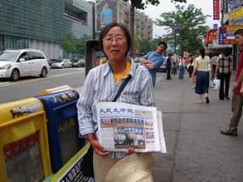 Dr. Li distributing The Epoch Times in Flushing. (Yang Ruoying/The Epoch Times)