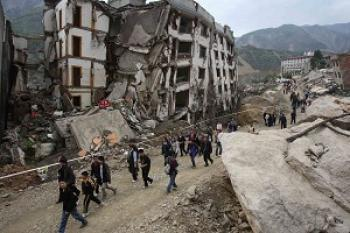 On April 4, 2009, over ten thousand people from Beichuan City went back to the old city to memorialize the family members who lost their lives during the earthquake. (The Epoch Times)