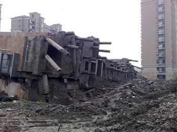 The supporting columns bent or broke as the building fell. (Internet photo)